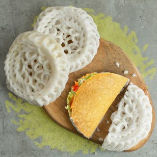 Tag temen lo yang kalau makan baso, nasi padang, dan nasgor wajib pakai kerupuk! Crunchy-nya kerupuk emang nagih! 🥰   Eh lho, ngomongin crunchy MinBell malah kebayang Crunchy Taco. 🥺 #ISEEATACO everywhere, do you?  #WaktunyaTacoBell #TacoBellindonesia