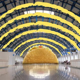 Apa cuma MinBell yang sadar kalau atap Stasiun Palmerah ini mirip sama Taco. Ada yang satu frekuensi?   #ISEEATACO everywhere, do you?  #WaktunyaTacoBell #TacoBellindonesia